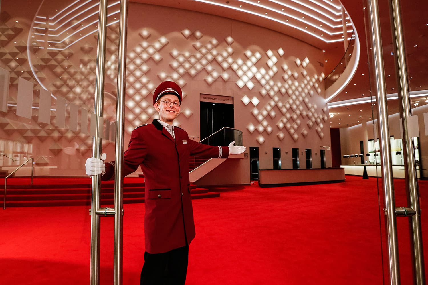 Concierge invites to the Stage Theater an der Elbe with the OLED installation in the background