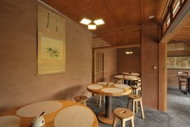 Garden café Nishiki in Yamagata with pendant OLED luminaire Floating x 3wings above the table
