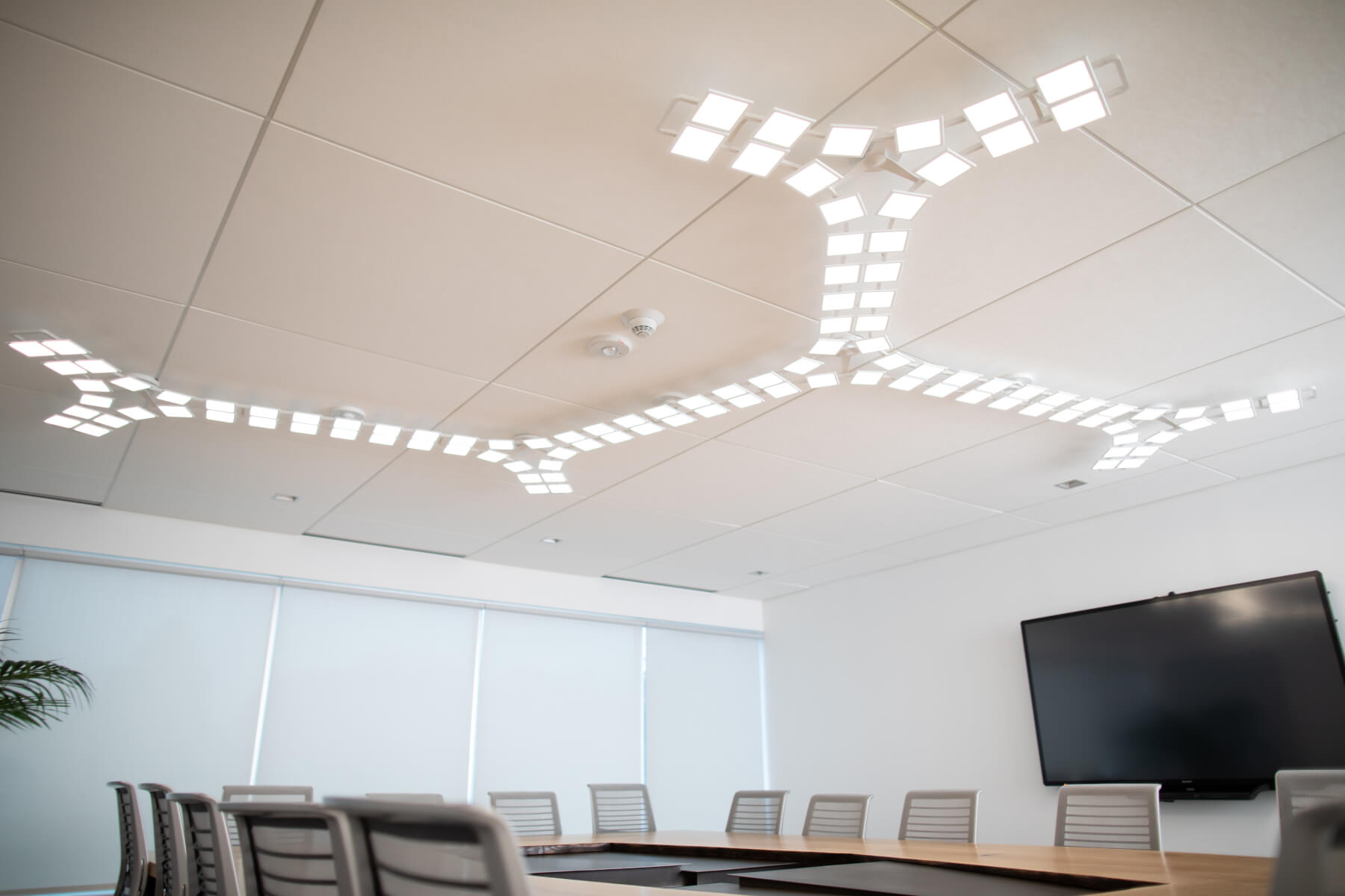 Acuity Brands´ ceiling mounted OLED luminaire Trilia in QCI conference room